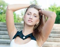 Porträt eines schönen jungen Mädchens draußen stockfotos
