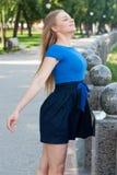Porträt eines schönen jungen Mädchens draußen Lizenzfreie Stockfotos