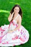 Porträt eines schönen jungen Mädchens draußen Stockbild