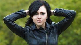 Porträt eines schönen jungen Mädchens in einer Lederjacke auf dem Hintergrund der Herbstnatur stockfotos