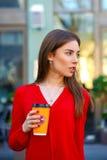 Porträt eines schönen jungen Mädchens im roten Hemd auf dem backgroun Stockfoto