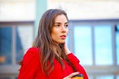Porträt eines schönen jungen Mädchens im roten Hemd auf dem backgroun Lizenzfreie Stockfotografie
