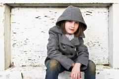 Porträt eines schönen jungen Mädchens im Wintermantel und -jeans Stockbild