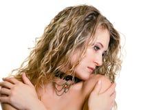 Eines schönen jungen mädchens mit dem langen blonden gewellten haar