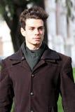 Porträt eines schönen jungen Mannes - helle Farben stockbild