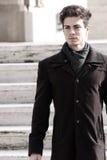 Porträt eines schönen jungen Mannes - helle Farben stockfoto