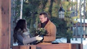 Porträt eines schönen jungen Paares im Winter stock video