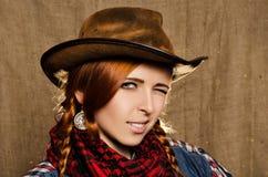 Porträt eines schönen jungen rothaarigen Mädchens in einem Cowboyhut Lizenzfreies Stockbild