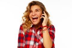 Porträt eines schönen jungen Studenten, der durch Mobile über whi spricht Stockbilder