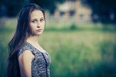 Porträt eines schönen jungen traurigen Hippie-Mädchens draußen Stockfoto