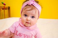 Porträt eines schönen kleinen Babys mit einem Verband auf seinem Kopf Stockbilder