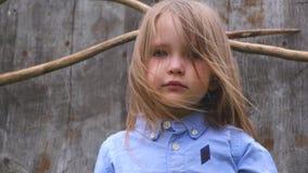 Porträt eines schönen kleinen Mädchens in der blauen Hemdaufstellung der Art stock video footage