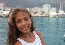Porträt eines schönen kleinen Mädchens durch das Meer Stockbild