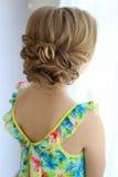 Porträt eines schönen kleinen Mädchens mit dem Haar der Abend im hellen Sommerkleid mit Make-up Stockfoto
