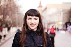 Porträt eines schönen lächelnden Mädchens Lizenzfreie Stockbilder