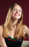 Porträt eines schönen Lächelns der jungen Frau stockfotos