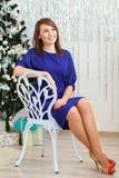 Porträt eines schönen langbeinigen dünnen eleganten Mädchens, das an sitzt lizenzfreie stockfotografie