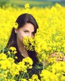 Porträt eines schönen Mädchens auf dem Rapsgebiet im Sommer Stockfotografie
