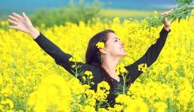 Porträt eines schönen Mädchens auf dem Rapsgebiet im Sommer Lizenzfreies Stockbild