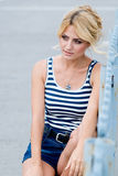 Porträt eines schönen Mädchens auf der Straße. Lizenzfreies Stockbild