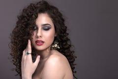 Porträt eines schönen Mädchens auf einem grauen Hintergrund Lizenzfreie Stockfotos