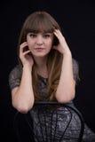 Porträt eines schönen Mädchens auf einem schwarzen Hintergrund Lizenzfreies Stockfoto