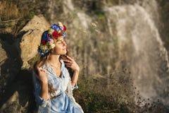 Porträt eines schönen Mädchens auf einem Wasserfallhintergrund stockbilder
