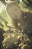 Porträt eines schönen Mädchens in den Ohrringen in Lizenzfreie Stockfotos