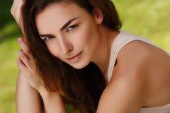 Porträt eines schönen Mädchens draußen lizenzfreie stockfotos