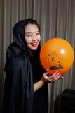Porträt eines schönen Mädchens Ein großes Spinnenweb vor einem sonderbaren hellen Mond Lizenzfreie Stockfotos