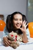 Porträt eines schönen Mädchens Ein großes Spinnenweb vor einem sonderbaren hellen Mond Stockfotos