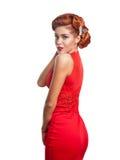 Porträt eines schönen Mädchens in einem roten Kleid Stockfotografie