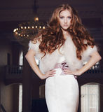 Porträt eines schönen Mädchens in einem schönen Hochzeitskleid Stockfoto