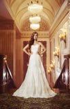 Porträt eines schönen Mädchens in einem schönen Hochzeitskleid Stockbild