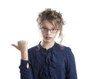 Porträt eines schönen Mädchens, einen Finger sofort zeigend Stockfotografie