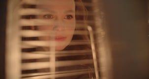 Porträt eines schönen Mädchens in einer Stadt nachts Lizenzfreies Stockbild