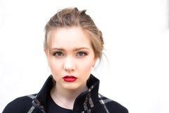 Porträt eines schönen Mädchens im hohen Schlüssel gegen weiße Wand Stockfoto