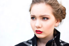 Porträt eines schönen Mädchens im hohen Schlüssel gegen weiße Wand Lizenzfreies Stockbild