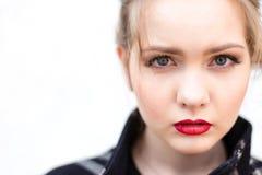 Porträt eines schönen Mädchens im hohen Schlüssel gegen weiße Wand Stockfotos