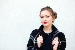 Porträt eines schönen Mädchens im hohen Schlüssel gegen weiße Wand Lizenzfreie Stockfotos