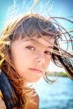 Porträt eines schönen Mädchens mit acht Jährigen mit dem Wind blowin Stockbild