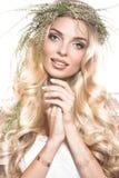 Porträt eines schönen Mädchens mit Blumen auf ihrem Haar Schönes lächelndes Mädchen Hochzeitsbild im Art boho Stockfotos