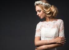 Porträt eines schönen Mädchens mit Blumen auf ihrem Haar Schönes lächelndes Mädchen Hochzeitsbild im Art boho Lizenzfreie Stockbilder
