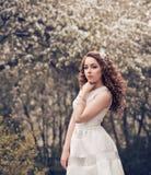 Porträt eines schönen Mädchens mit dem gelockten roten Haar Lizenzfreie Stockfotografie