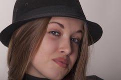Porträt eines schönen Mädchens mit dem langen Haar in einem Hut Stockfoto