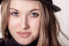 Porträt eines schönen Mädchens mit dem langen Haar in einem Hut Lizenzfreie Stockfotografie