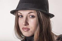 Porträt eines schönen Mädchens mit dem langen Haar in einem Hut Lizenzfreie Stockfotos