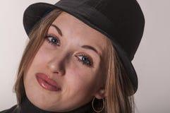 Porträt eines schönen Mädchens mit dem langen Haar in einem Hut Stockbilder