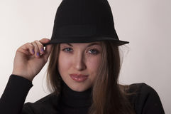 Porträt eines schönen Mädchens mit dem langen Haar in einem Hut Lizenzfreies Stockbild