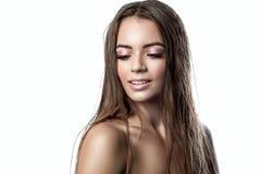 Porträt eines schönen Mädchens mit dem nassen Haar Lizenzfreie Stockbilder